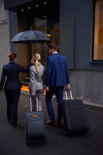 business people couple entering  hotelの写真素材 [FYI00789696]
