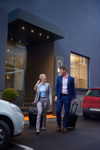 business people couple entering  hotelの写真素材 [FYI00789703]