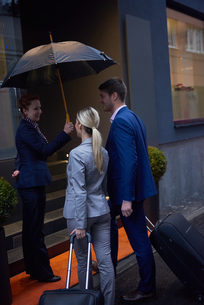 business people couple entering  hotelの写真素材 [FYI00789719]
