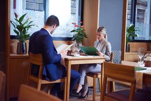 business couple having dinnerの写真素材 [FYI00789739]