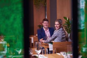 business couple having dinnerの写真素材 [FYI00789755]