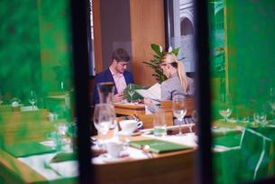 business couple having dinnerの写真素材 [FYI00789763]