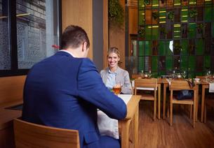 business couple having dinnerの写真素材 [FYI00789767]