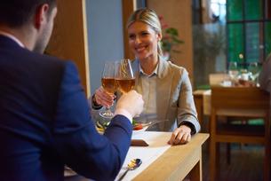 business couple having dinnerの写真素材 [FYI00789768]