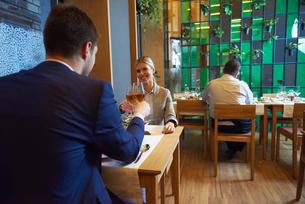 business couple having dinnerの写真素材 [FYI00789769]