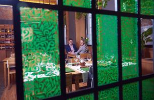 business couple having dinnerの写真素材 [FYI00789772]
