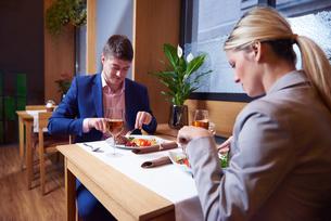 business couple having dinnerの写真素材 [FYI00789776]