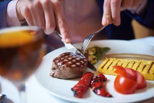 business man eating tasty beef stakの写真素材 [FYI00789781]