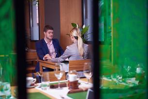 business couple having dinnerの写真素材 [FYI00789783]