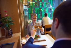 business couple having dinnerの写真素材 [FYI00789787]