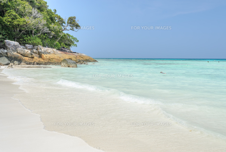 White sand beach of tropical crystal clear water of Tachai island, Thailandの写真素材 [FYI00789823]