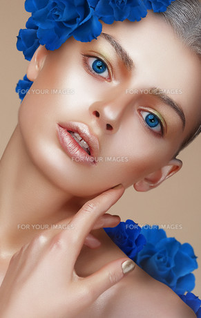 Portrait of Young Woman with Bronzed Skin and Blue Eyesの写真素材 [FYI00789838]