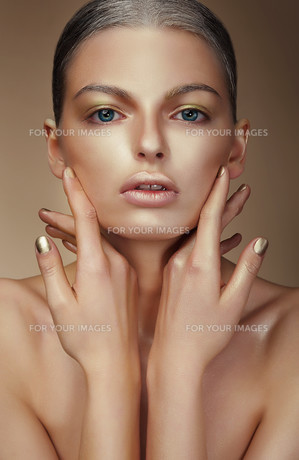 Vogue Style. Young Woman with Bronzed Skinの写真素材 [FYI00789864]