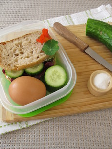 cucumber sandwich in the lunchbox takeawayの写真素材 [FYI00790067]