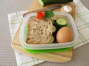 cucumber sandwich in the lunchbox takeawayの写真素材 [FYI00790084]