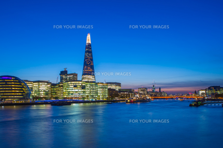 London cityscape with landmarks including Tower Bridge, St Pauls Cathedral, 20 Fenchurch St, Leadenhall Tower, 30 St Mary Axe and Bishopsgate Tower at duskの写真素材 [FYI00790149]