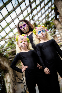 Woman and twins with halloween makeupの写真素材 [FYI00790287]