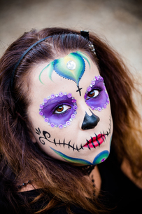Young woman with sugar skull makeupの写真素材 [FYI00790291]