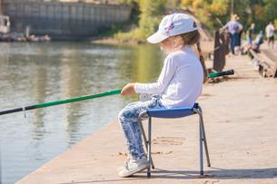 Five-year girl fishingの写真素材 [FYI00790296]