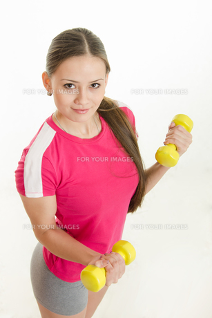 Girl athlete with two dumbbellsの写真素材 [FYI00790297]