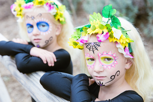 Halloween twin sisters with sugar skull makeupの写真素材 [FYI00790309]