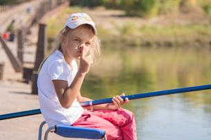 Girl fishing calls for silenceの写真素材 [FYI00790315]