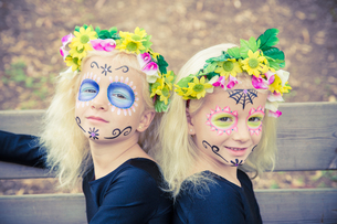 Cute twin girls with sugar skull makeupの写真素材 [FYI00790317]