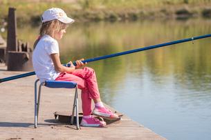 Girl fishingの写真素材 [FYI00790326]