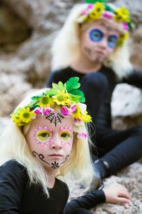 Halloween twin girls outdoorsの写真素材 [FYI00790331]