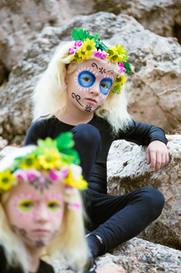 Halloween twin sisters outdoorsの写真素材 [FYI00790335]