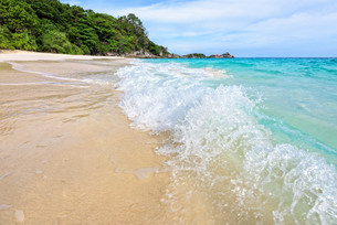 Beach and waves at Similan National Park in Thailandの写真素材 [FYI00790968]