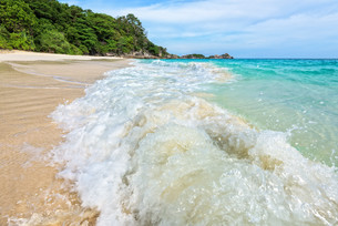 Beach and waves at Similan National Park in Thailandの写真素材 [FYI00790971]