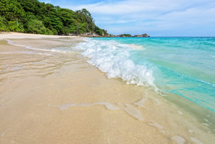 Beach and waves at Similan National Park in Thailandの写真素材 [FYI00790976]