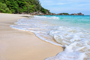 Beach and waves at Similan National Park in Thailandの写真素材 [FYI00790978]