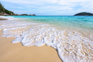 Beach and waves at Similan National Park in Thailandの写真素材 [FYI00790984]