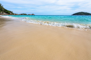 Beach and waves at Similan National Park in Thailandの写真素材 [FYI00790989]