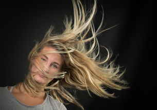 hair in the windの写真素材 [FYI00790992]