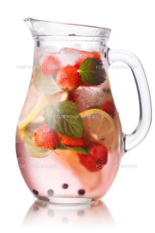 Strawberry mojito jugの写真素材 [FYI00791090]