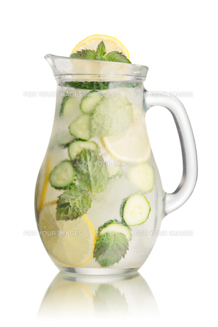 Sparkling cucumber lemonadeの写真素材 [FYI00791102]