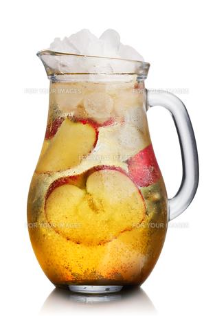 Apple spritzer (apfelschorle) pitcherの写真素材 [FYI00791192]