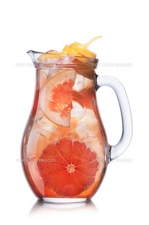 Grapefruit lemonade in pitcherの写真素材 [FYI00791231]