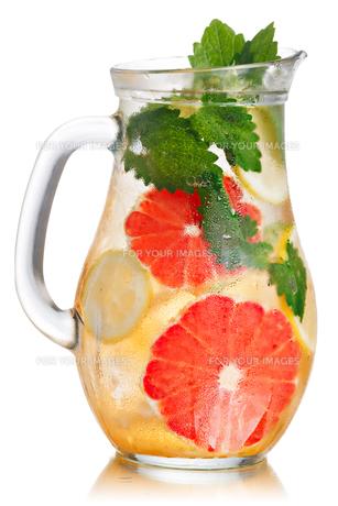 Grapefruit lemonade pitcherの写真素材 [FYI00791248]