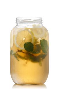 Iced tea in a jarの写真素材 [FYI00791265]