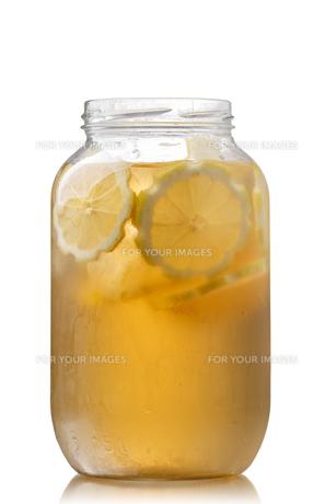 Iced tea in a jarの写真素材 [FYI00791275]