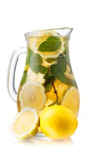 Iced tea in a jugの写真素材 [FYI00791285]