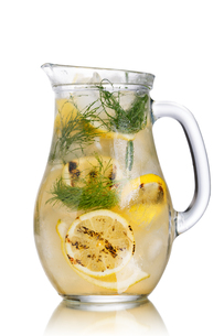 Grilled lemon dill detox water pitcherの写真素材 [FYI00791317]