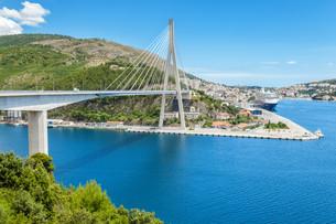 Suspension bridge in the old town of Dubrovnikの写真素材 [FYI00791350]