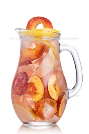Peach lemonade pitcherの写真素材 [FYI00791355]