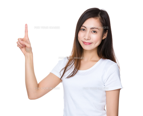 Young woman with finger point upの素材 [FYI00791448]