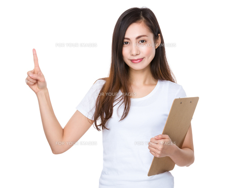 Young woman holding a clipboard and finger pointing upの素材 [FYI00791459]